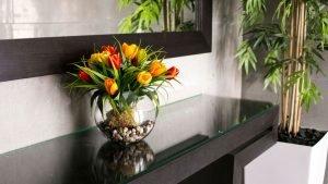 פרחי משי בלובי הבניין