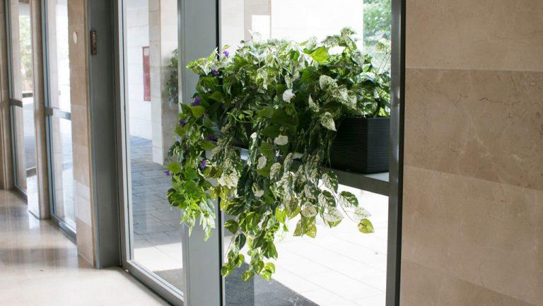 אדנית עם צמחייה מלאכותית נשפכת