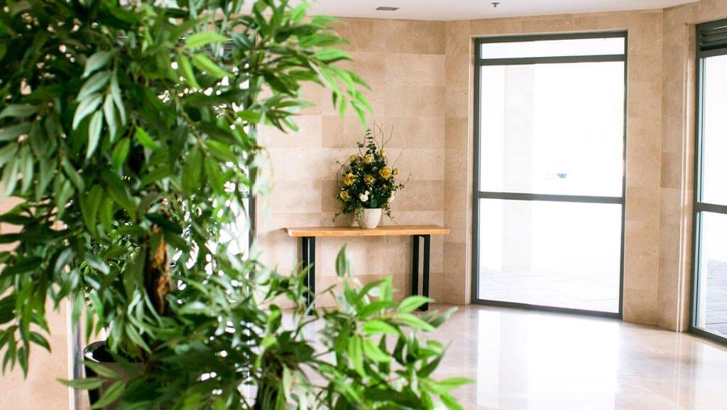 עיצוב לובי הבניין עם פרחים מלאכותיים