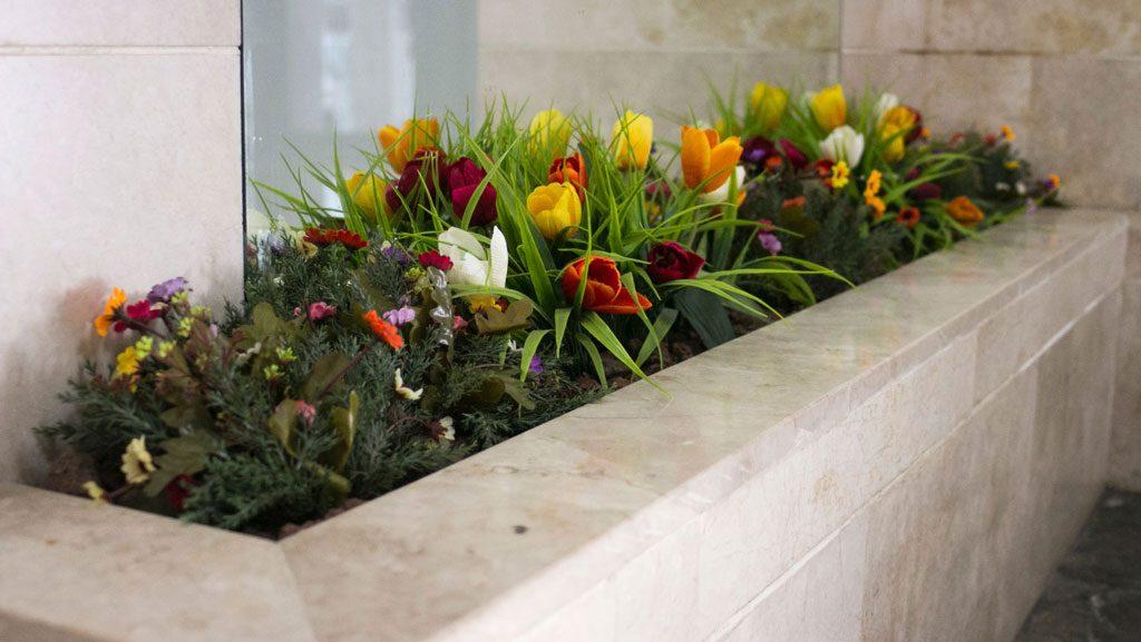 פרחים מלאוכתיים באדנית מובנית