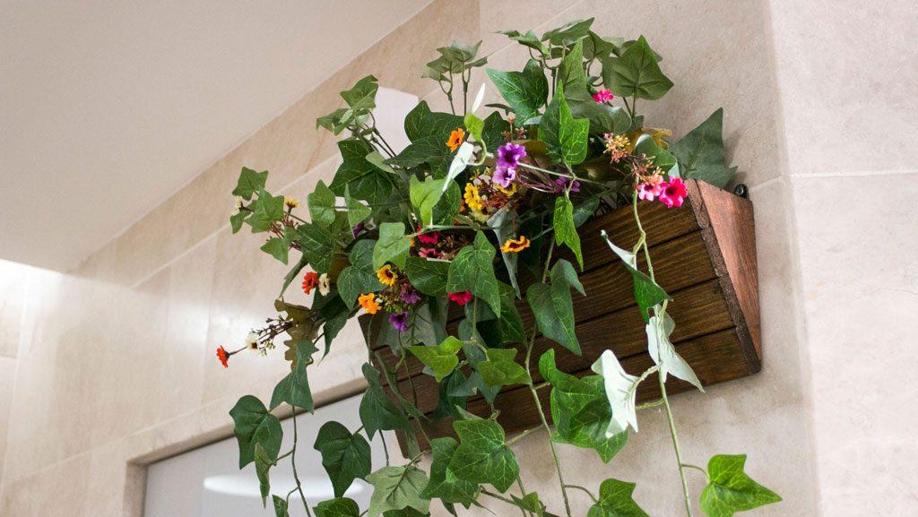 אדנית עץ עם פרחים נשפכים