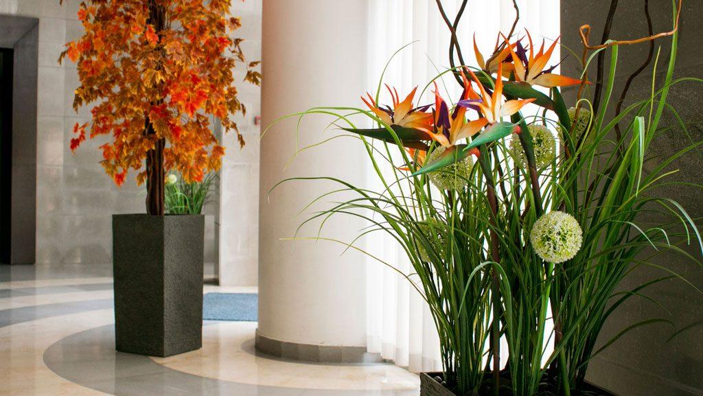 עיצוב לובי הבניין עם צמחייה מלאכותית עשירה