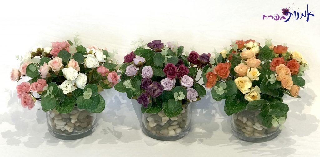 סידורי ורדים קטנים בכלי זכוכית עגול