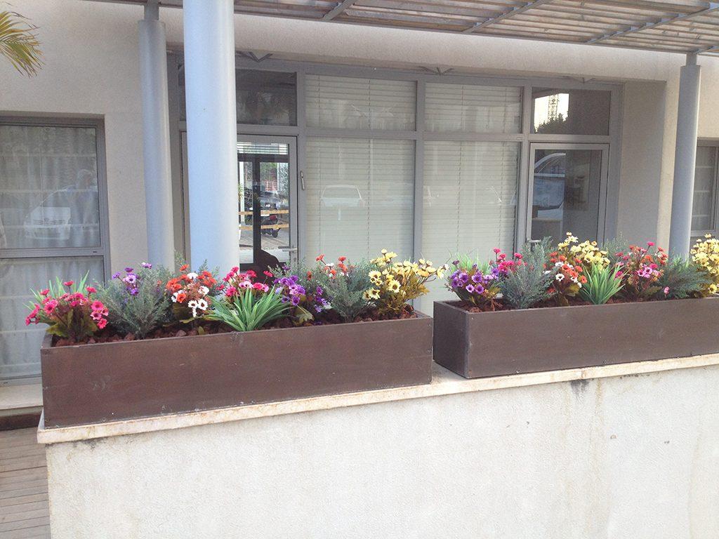 אדניות עם פרחים מלאכותיים