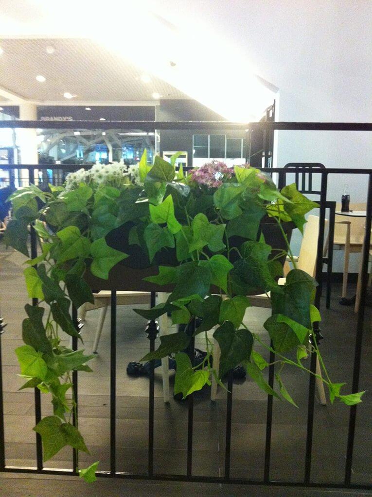 אדנית עם צמחים מלאכותיים למעקה