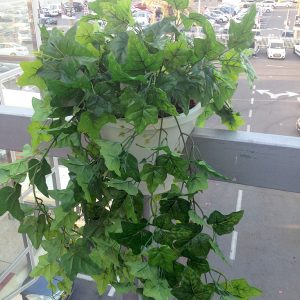 אדנית עם צמחים מלאכותיים למרפסת