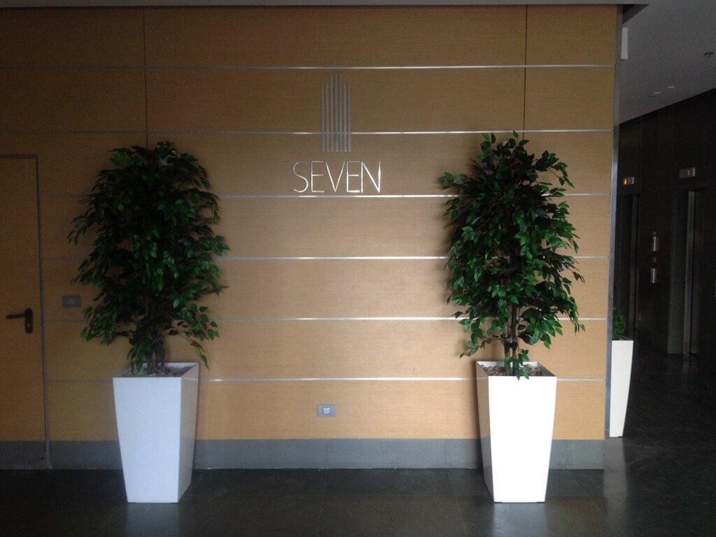 לובי בניין seven עם עצים מלאכותיים
