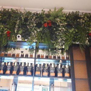 קיר ירוק בבית קפה