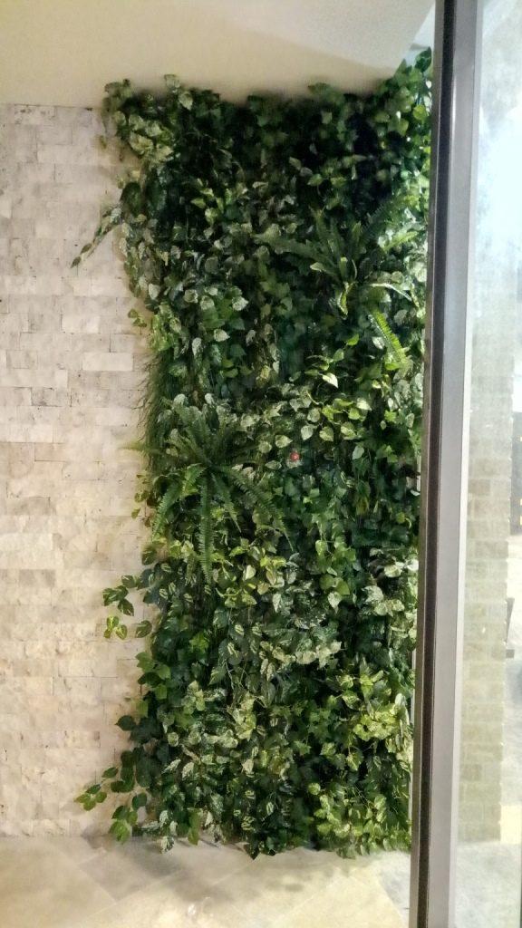 קיר ירוק בלובי