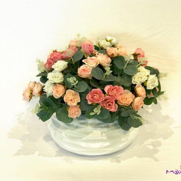 כלי חרס עגול עם ורדים קטנים