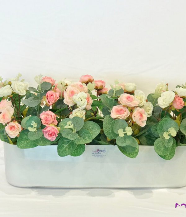 אדנית זכוכית חלבית עם ורדים ורודים