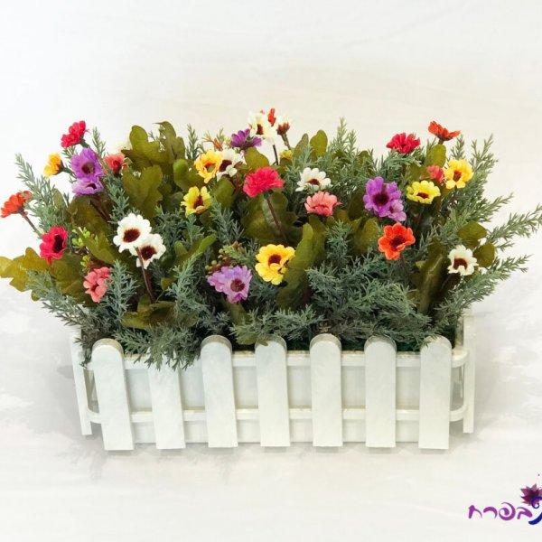אדנית גדר עם פרחי שדה