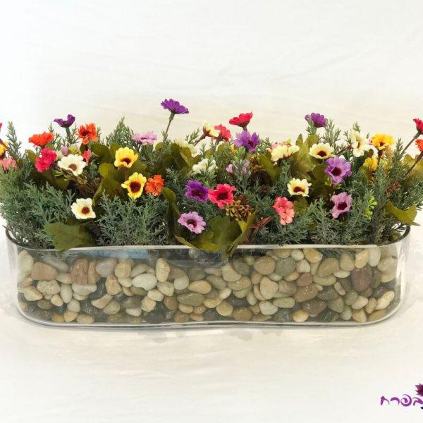 אדנית זכוכית ארוכה עם פרחי שדה ממשי