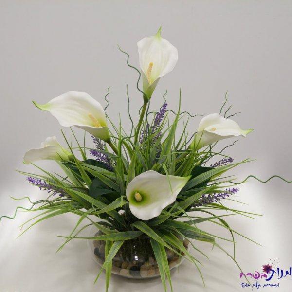 סידור פרחי קאלה בכלי זכוכית