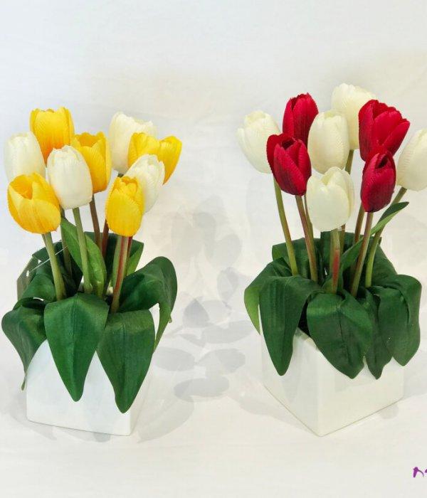 כלי חרס עם פרחי טוליפים מלאכותיים
