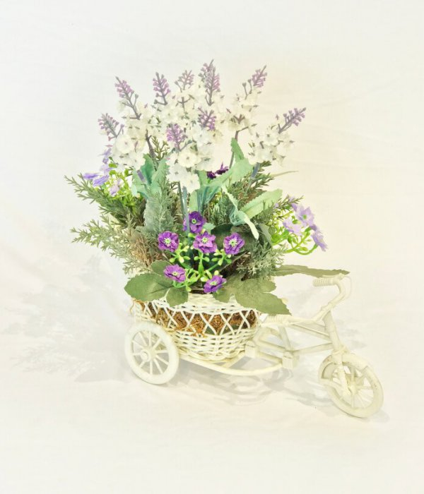כלי אופניים לבן עם פרחים בגווני סגול לבן