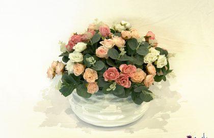 סידור ורדים קטנים בכלי קרמיקה עגול – גווני ורוד