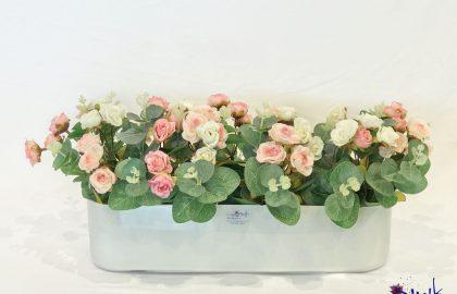 סידור ורדים קטנים בכלי זכוכית אליפסה חלבית