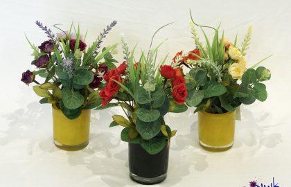 סידור ורדים קטנים בצילינדר קטן