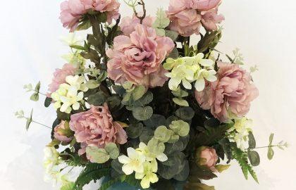 סידור פרחי פיוני ורודים בכלי מרובע